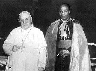 El papa Juan XXIII, nombra por primera vez cardenal a un religioso de raza negra, Laurean Rugambwa